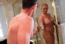 Mostohalányát bassza miközben felesége fürdik